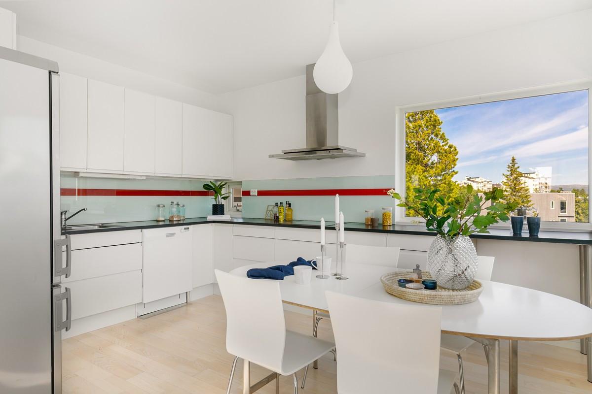 Kjøkken er innredet med integrerte hvitevarer, samt rikelig med skap- og skuffeplass til oppbevaring