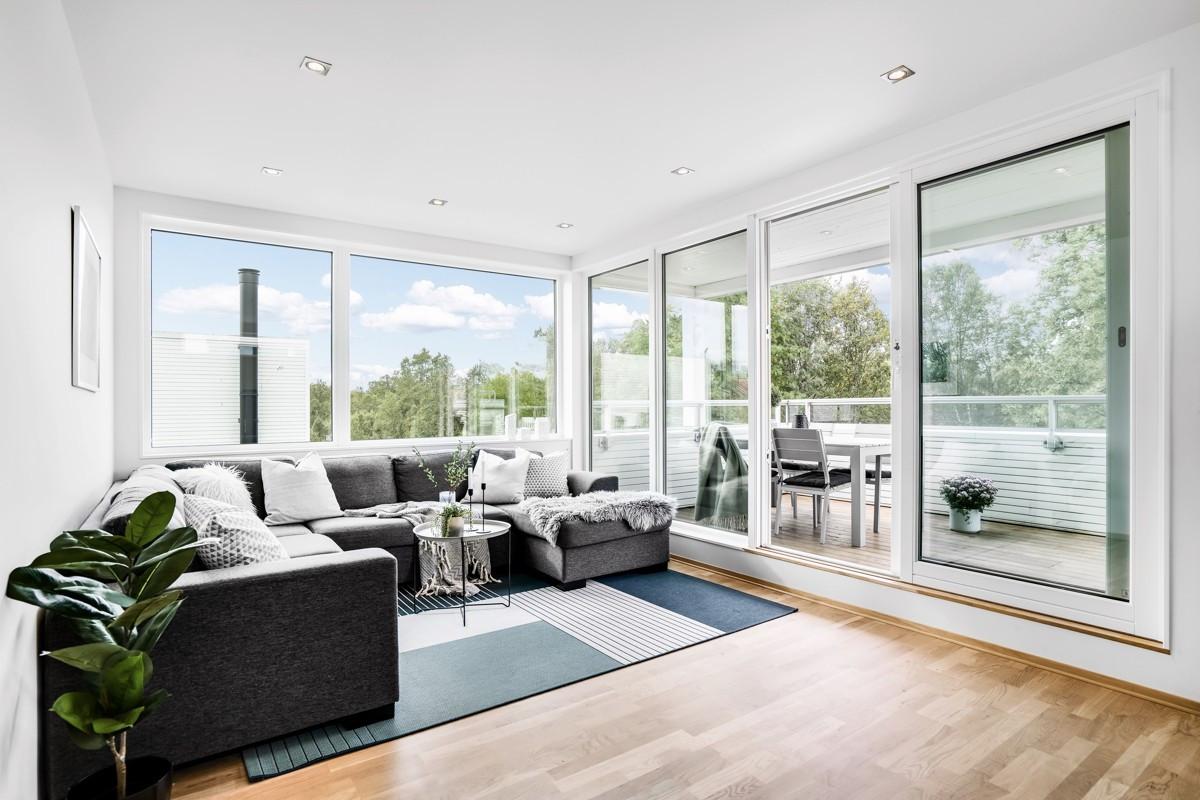 TV-stue med store vindusflater på øverst plan med direkte utgang til terrasse!