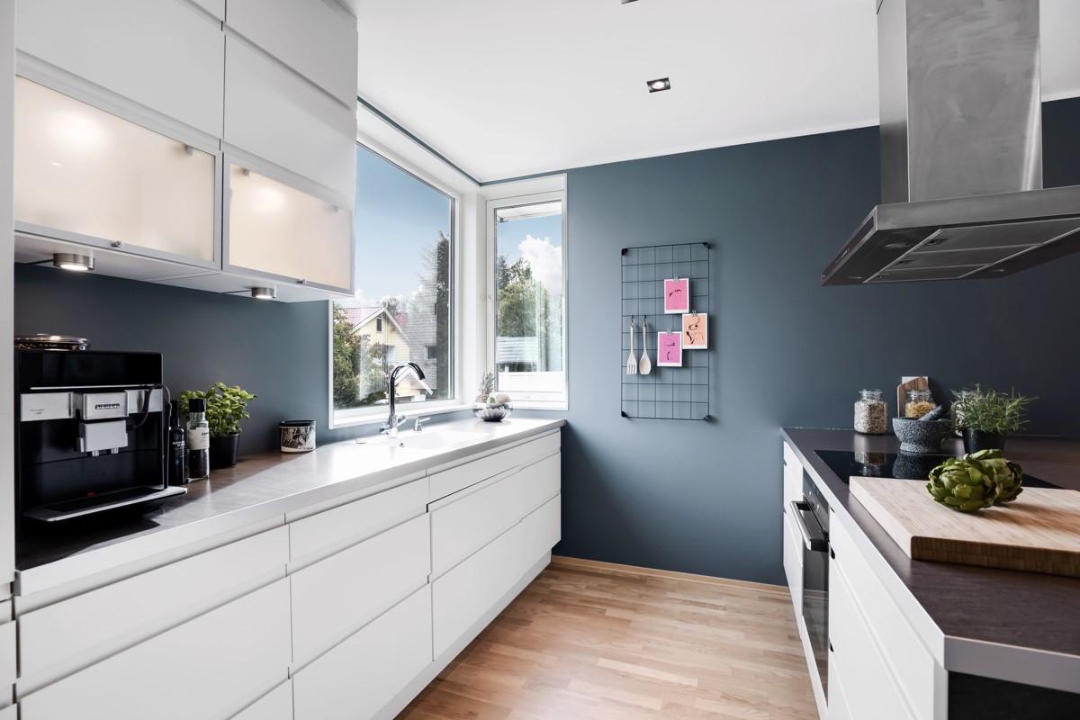 Kjøkken fra HTH med hvit innredning og godt med både benke- og skuffeplass. Integrerte hvitevarer av høy kvalitet!