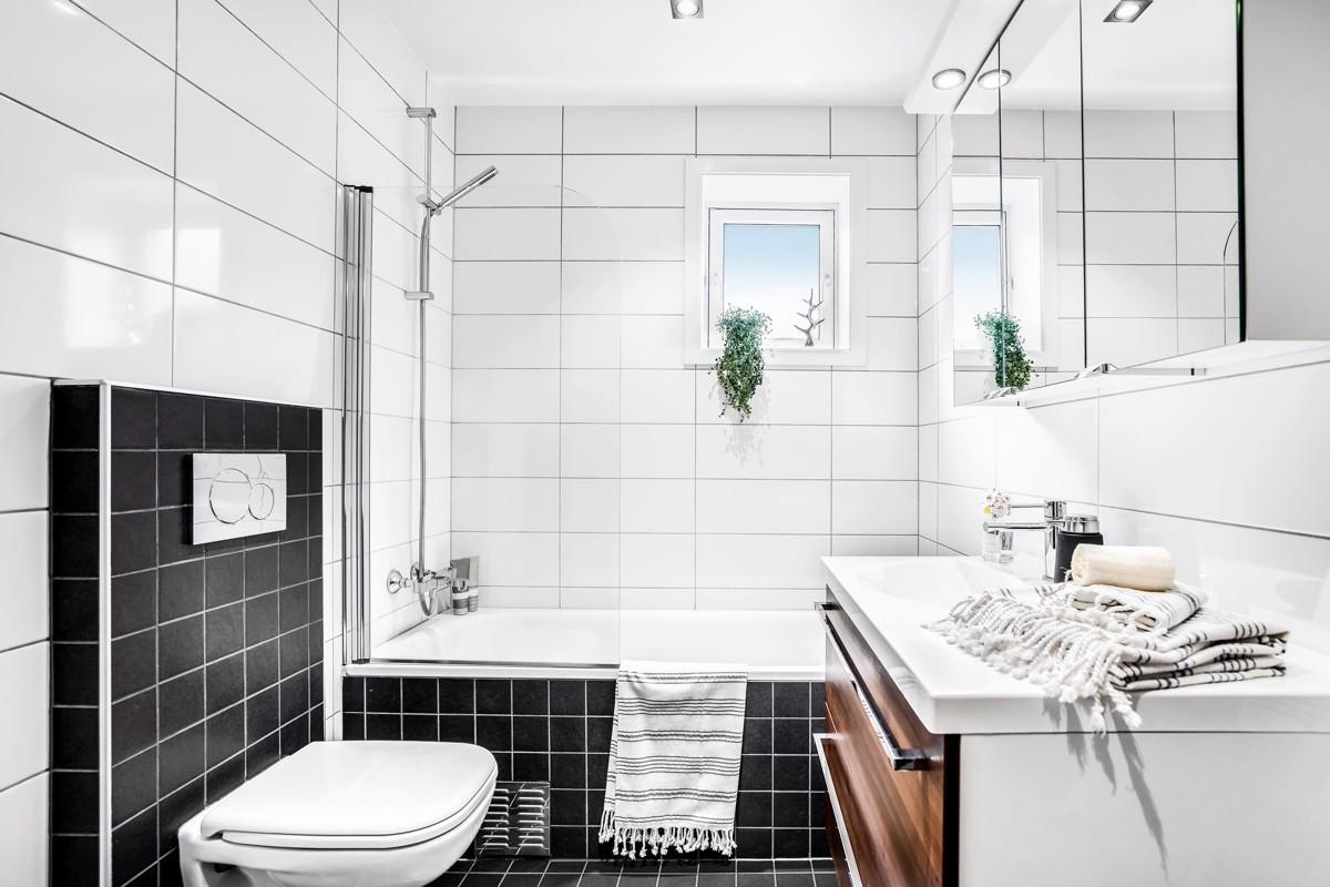 Baderom 1 - Komplett flislagt, vegghengt WC og innholdsrik innredning