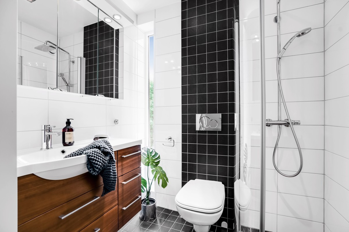 Baderom 2 - Moderne baderom med dusjhjørne og tidløs innredning