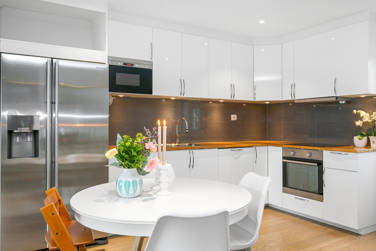 Kjøkkenet er lyst og innbydende - til høyre er det utgang til bakhage