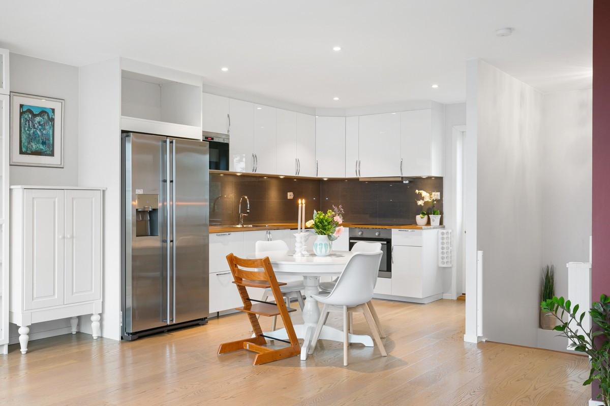 Kjøkkeninnredning med benkeplate i eik og integrerte hvitevarer