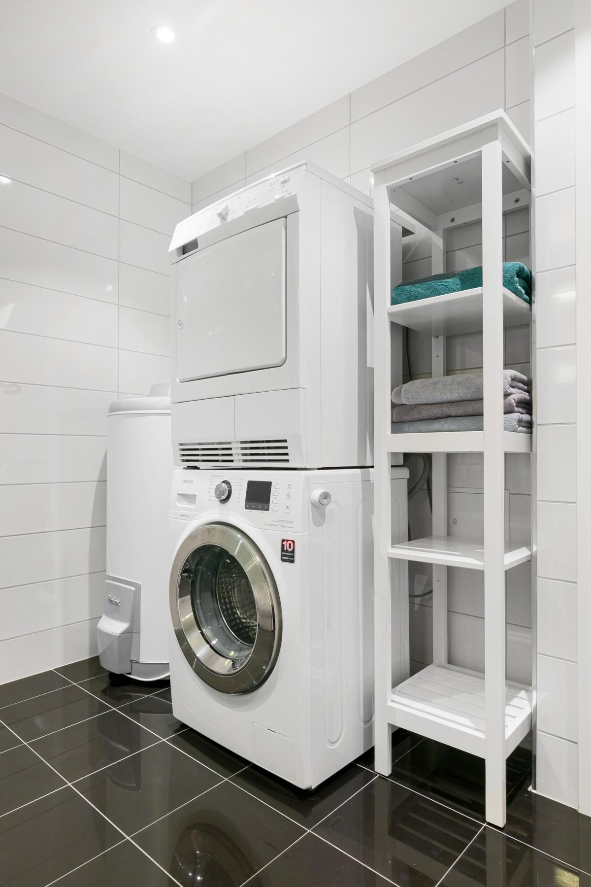 Opplegg for vaskemaskin og plass hylleløsning for oppbevaring