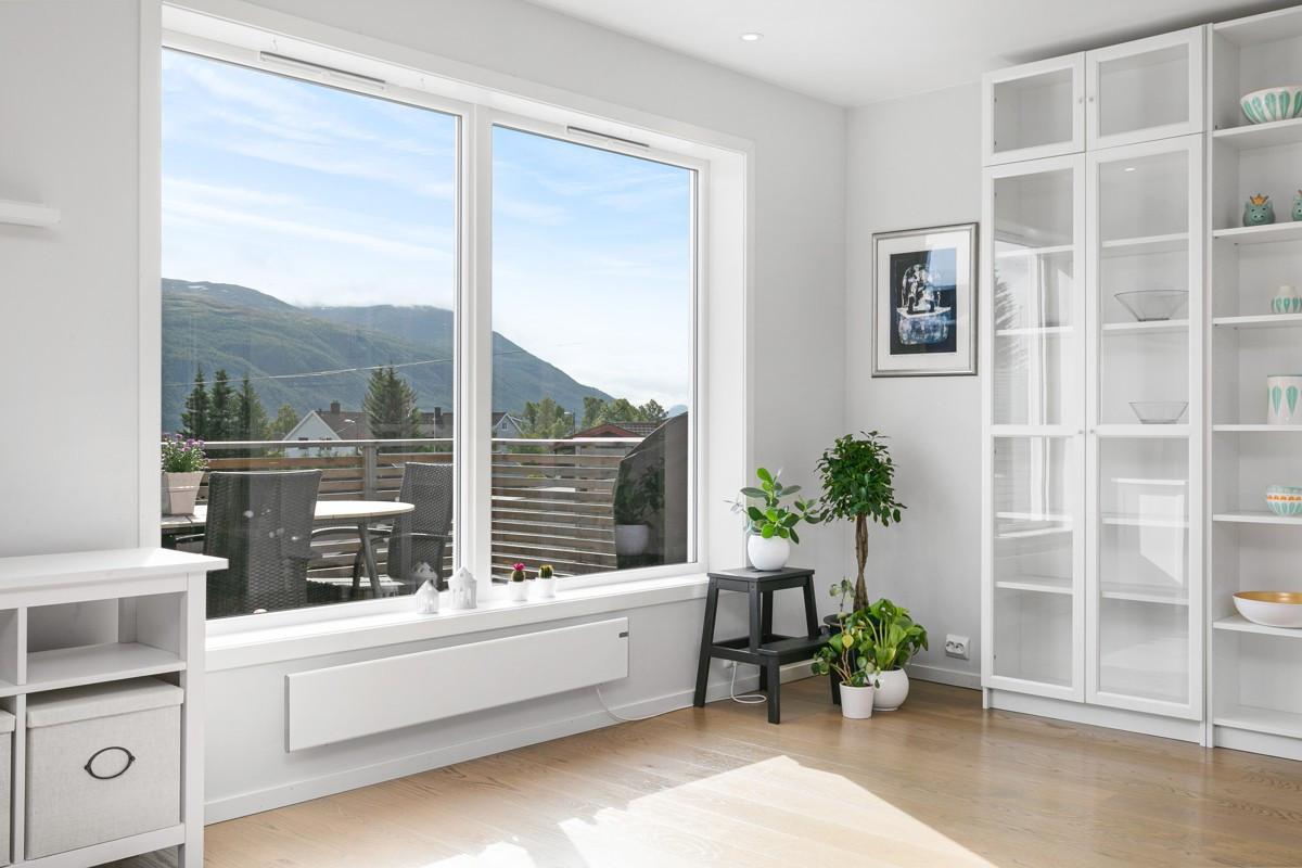 Store vindusflater i stue gir godt med lysinnslipp, samt utvendig screens