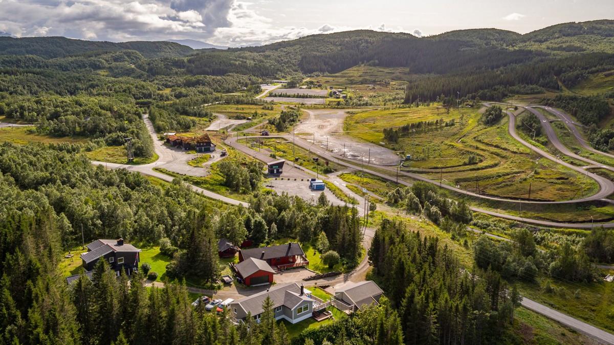 Velkommen til Soløyvannsveien 490 på Bestemorenga! Her tilbys 1,5 mål stor tomt i fantastiske landlige omgivelser!