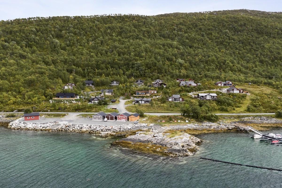 Eiendommen ligger idyllisk til i et rolig boligområde med sjøen