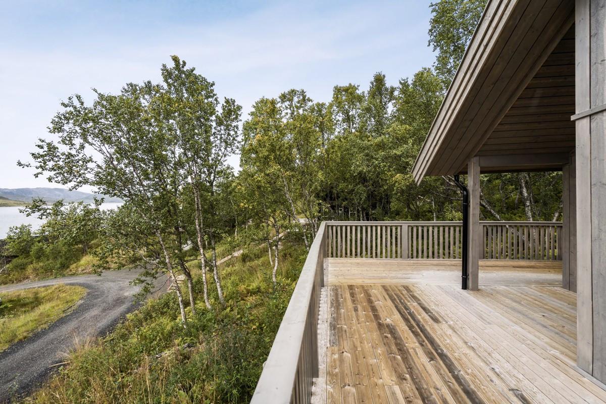 God plass til flerre sitteområder og grill på terrasse