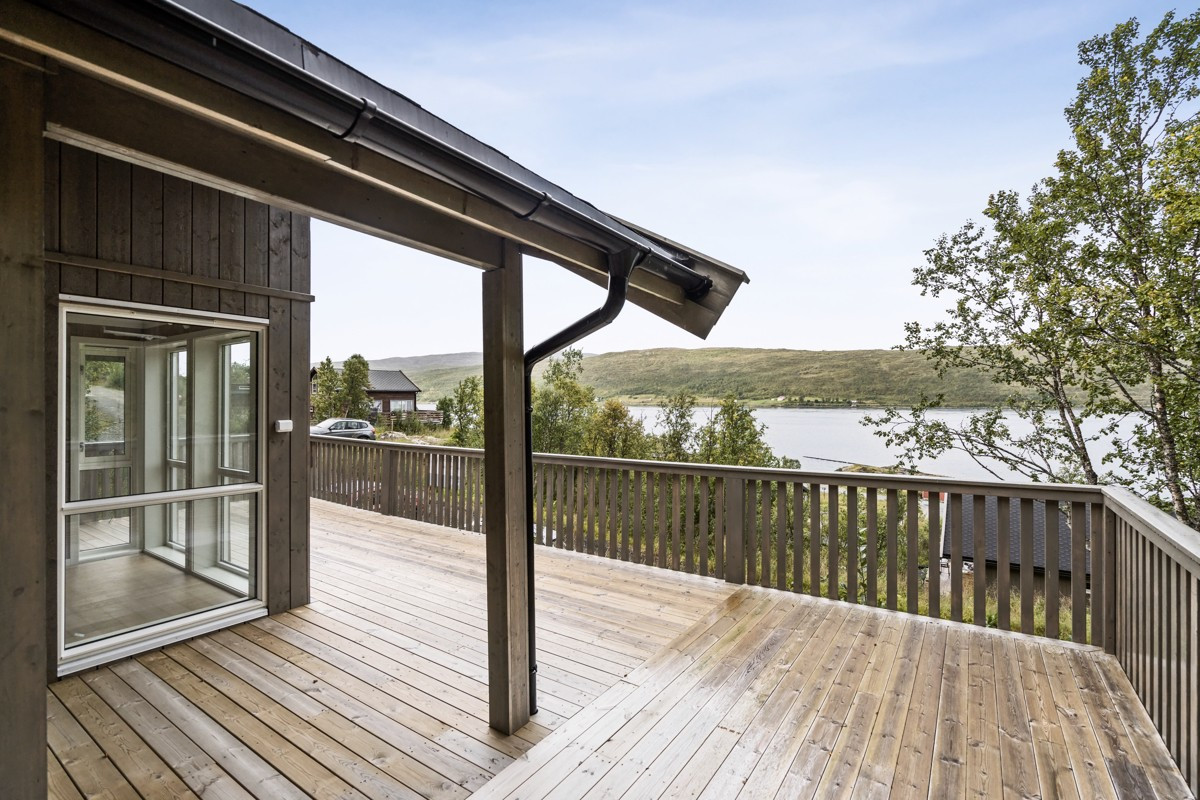 Stor terrasse med utgang fra stue