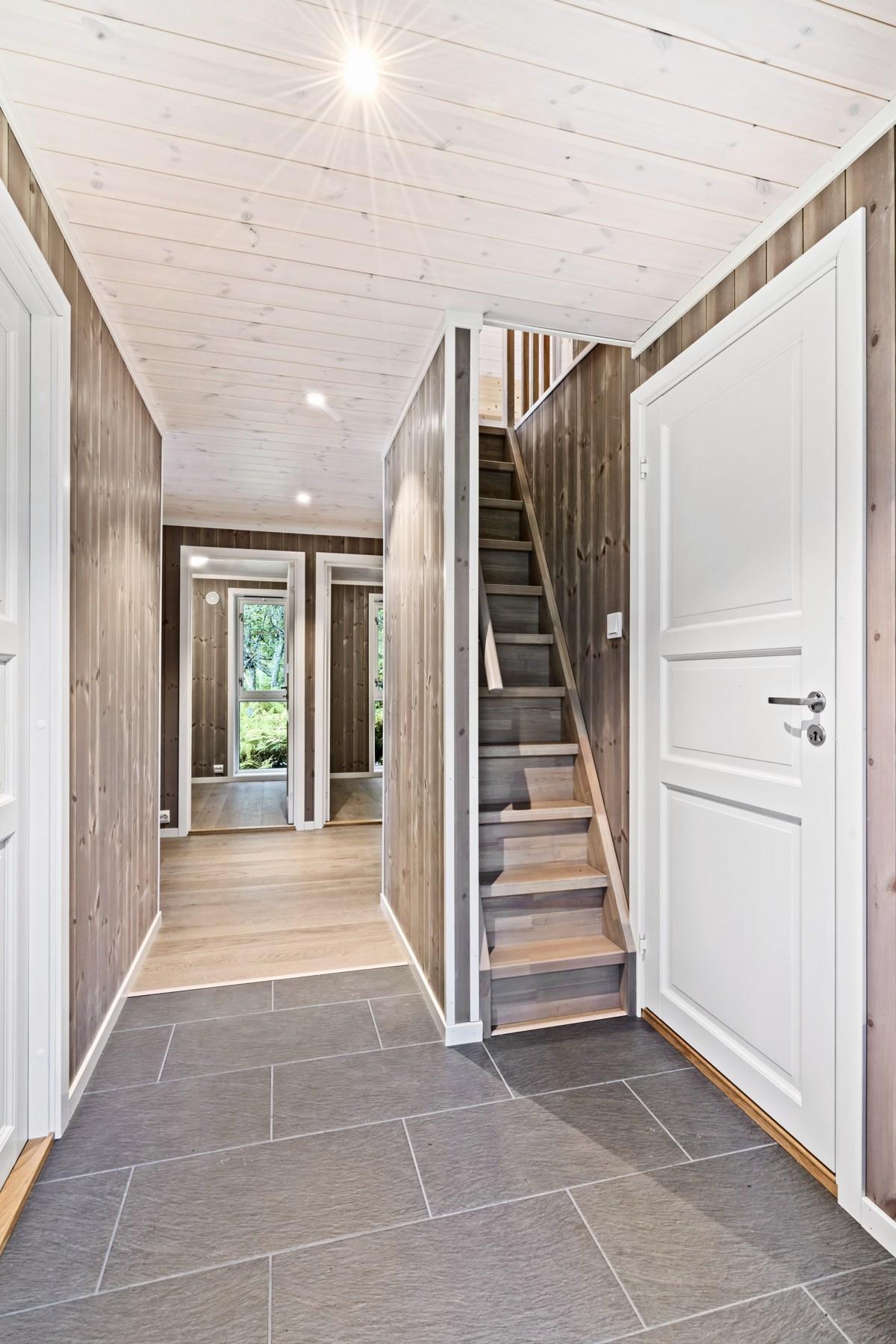 Gang med trapp opp til hems