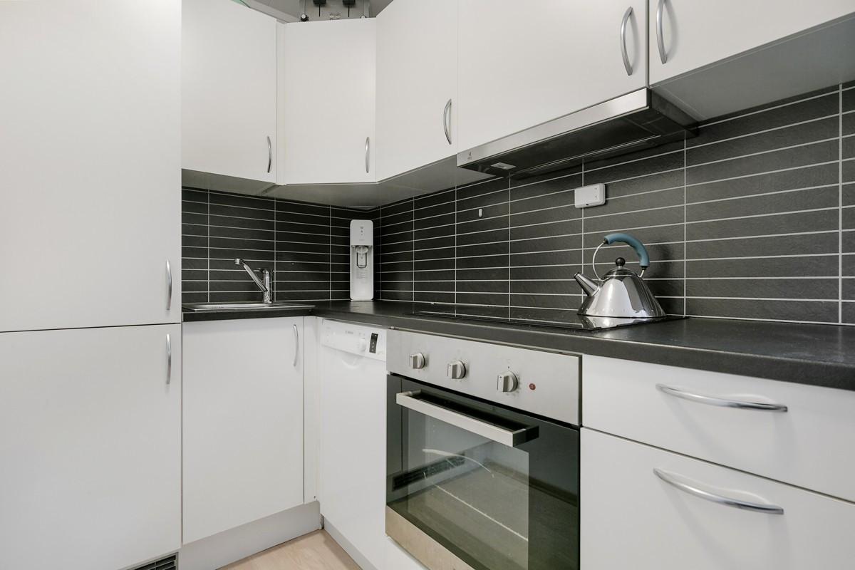 Fullverdig kjøkken - vaskemaskin og godt med lagringsplass i over og underskap.