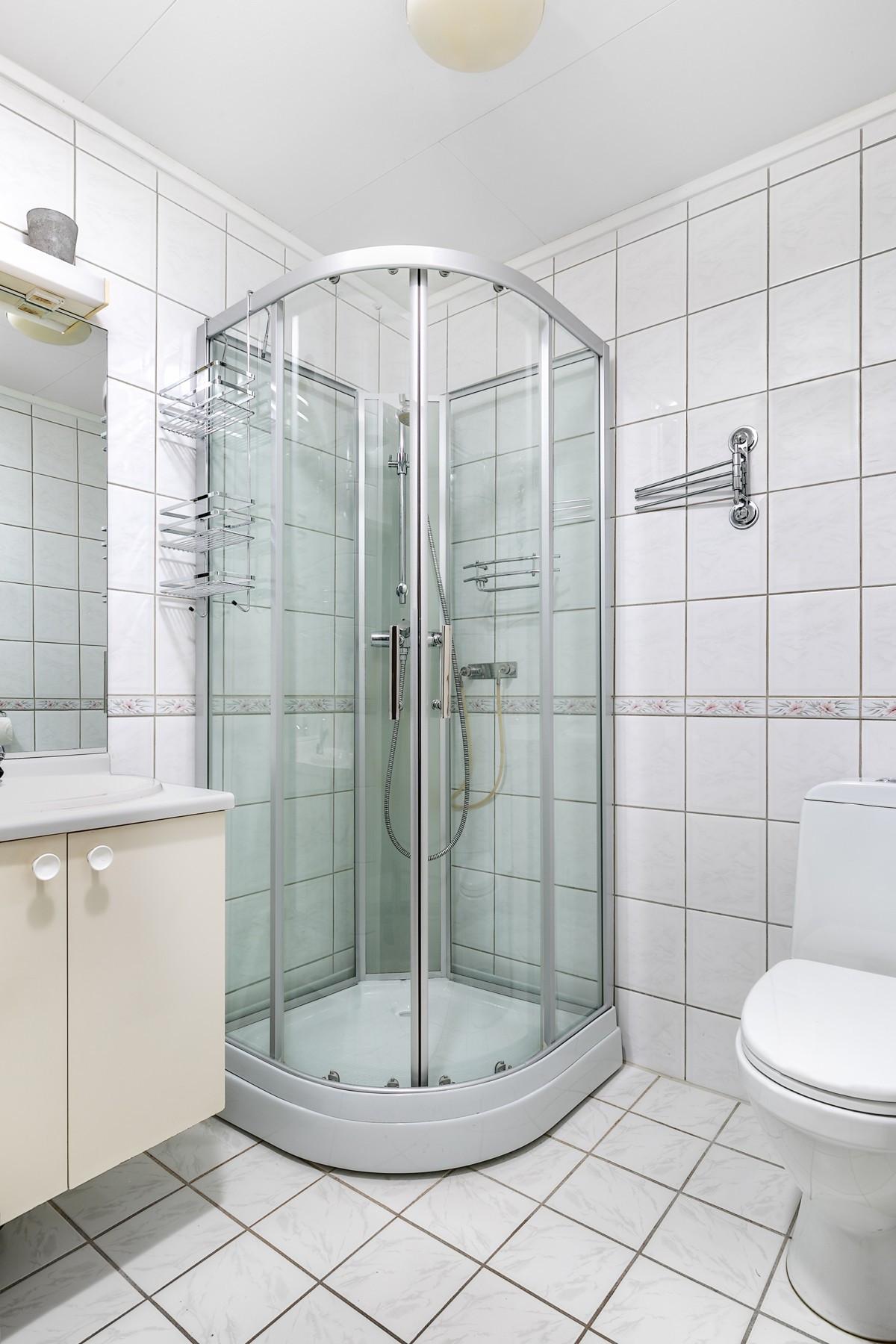 Dusjkabinett. Komplett flislagt bad med gulvvarme