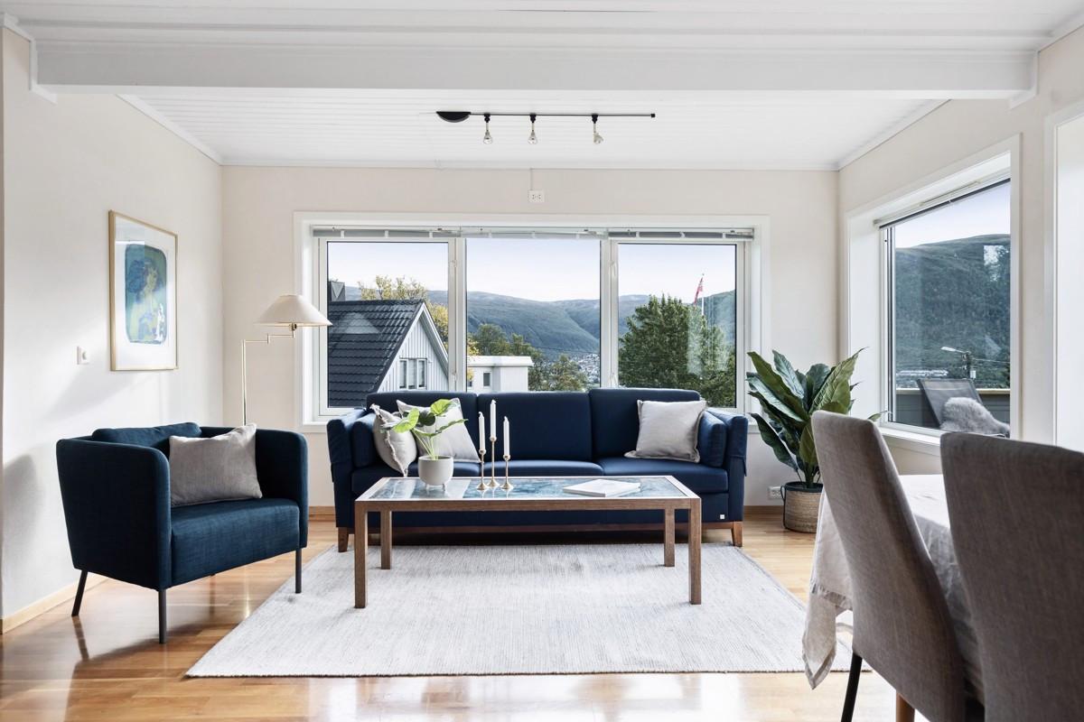 Øverste plan - Store vindusflater i stue, som sørger for godt lysinnslipp