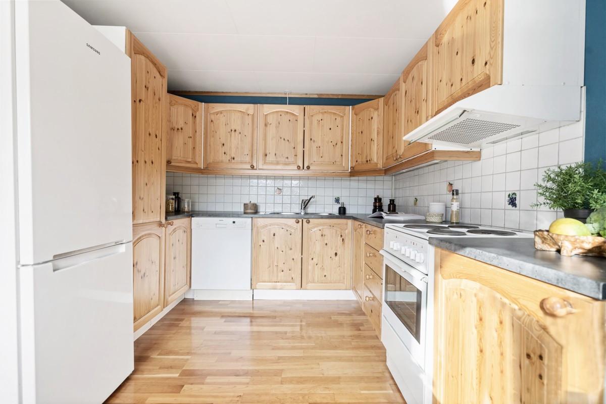 Kjøkkeninnredning med gode oppbevaringsmuligheter i over- og underskap