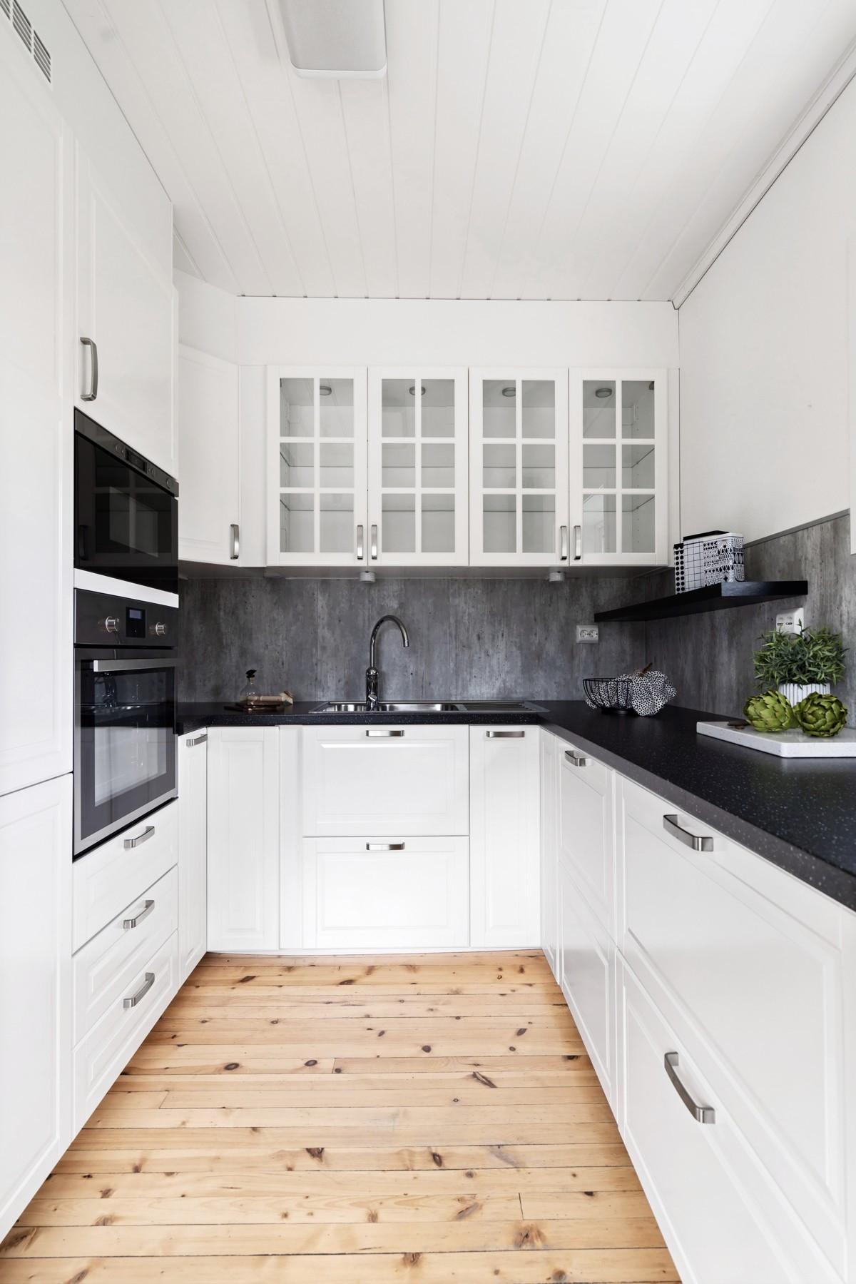 Moderne kjøkkeninnredning fra 2015, med gode oppbevaringsmuligheter, god benkeplass, samt integrerte hvitevarer