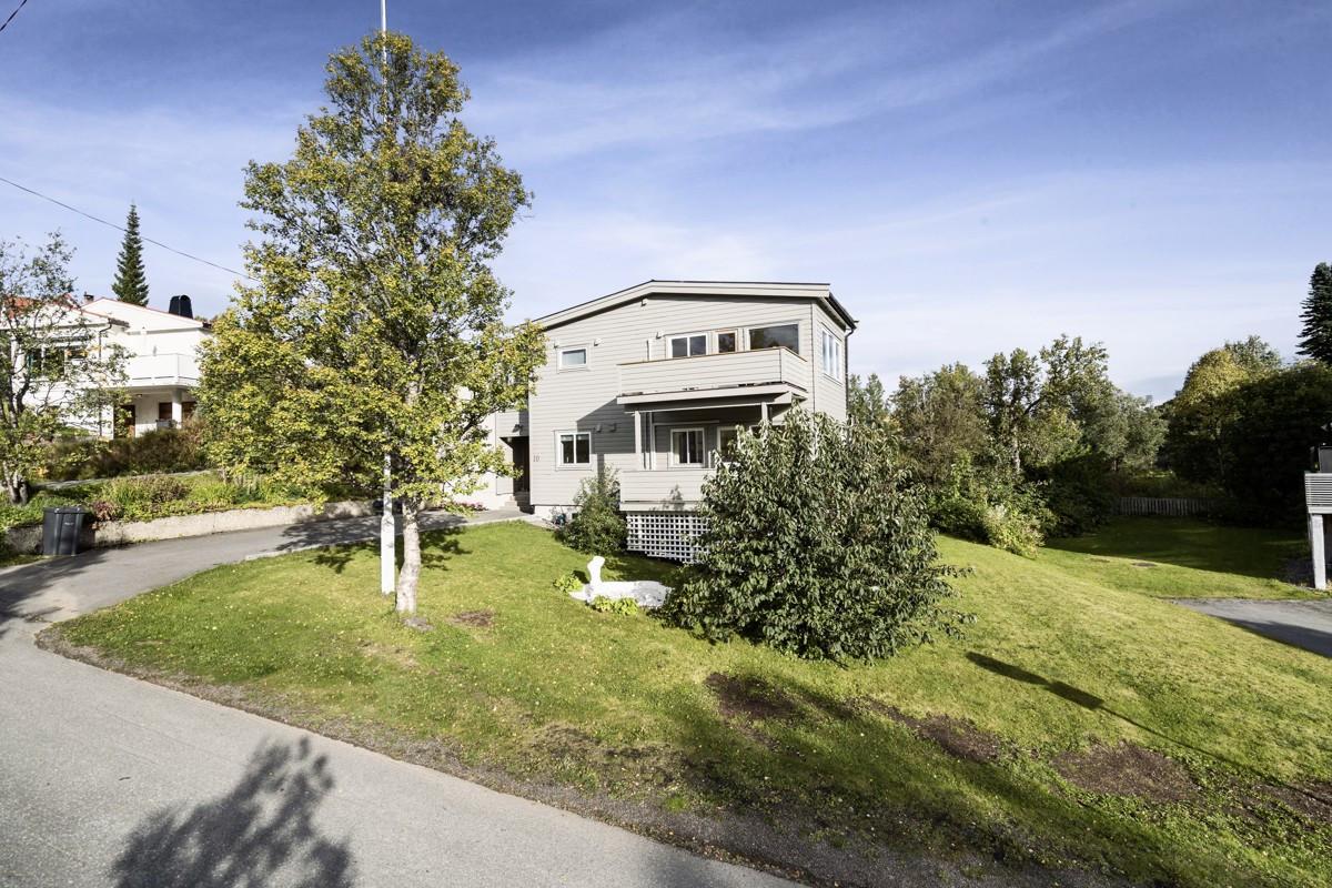 Velkommen til Røstbakken 10 - Stor tomannsbolig beliggende sørøst på Tromsøya!