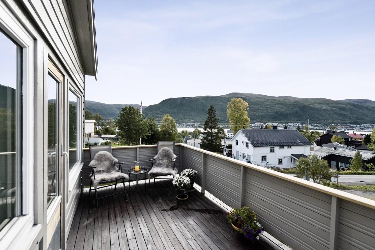 Utsikt fra sørvendt balkong i 2. etasje