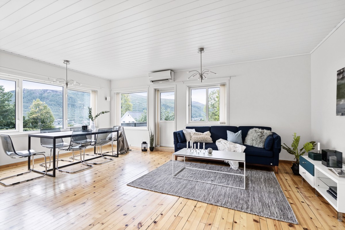 1. Plan - Åpen og romslig stue med gode møbleringsmuligheter - Varmepumpe montert i 2011