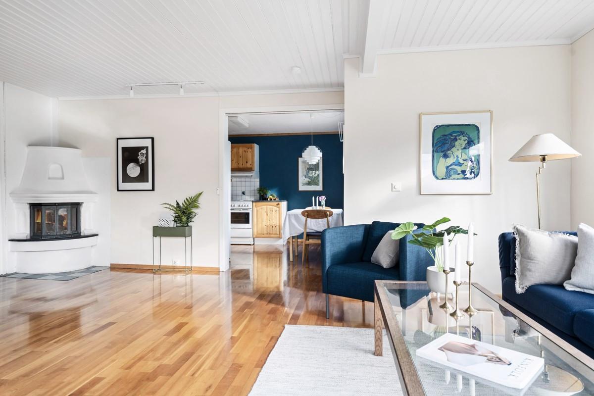 Stor stue med gode møbleringsmuligheter, samt praktisk vedfyring