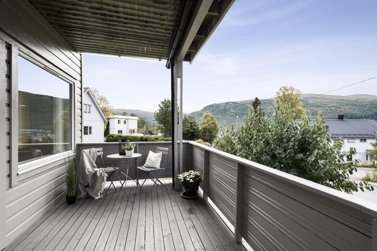 Utsikt fra sørvendt terrasse i 1. etasje