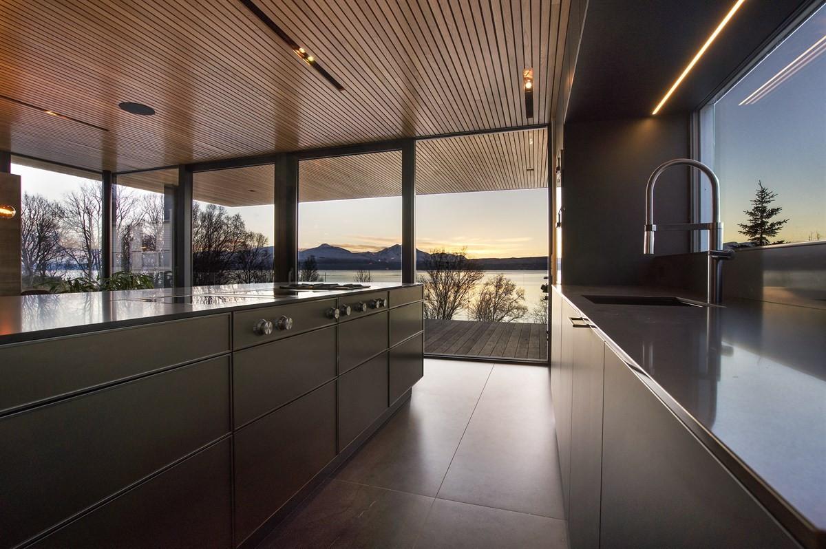 Rikelig med lysinnslipp - store skyvedører ut til terrasse mot sørvest på ca. 25 kvm