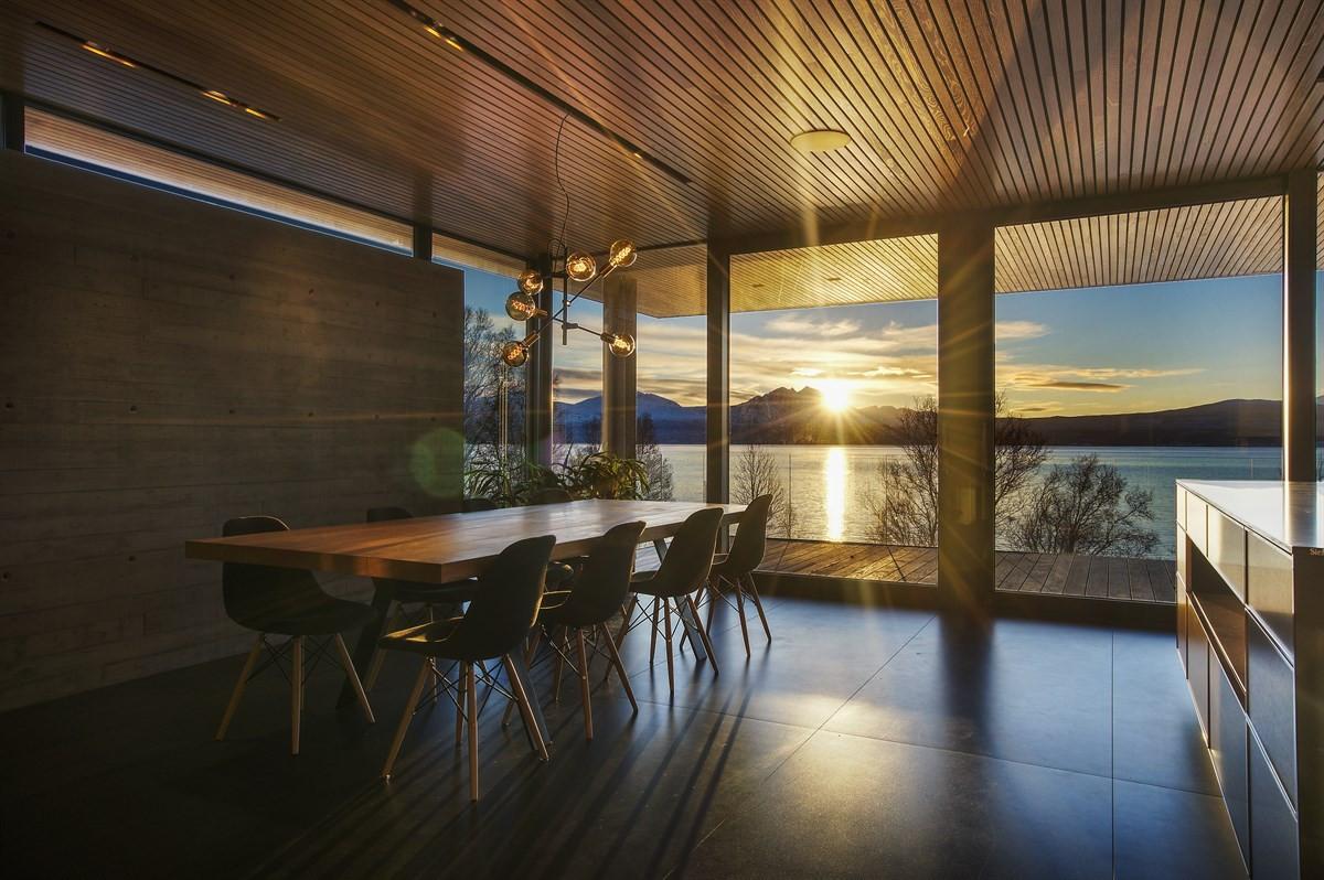 Boligen ligger i et etablert boligområde på Sør Tromsøya med en fantastisk beliggenhet