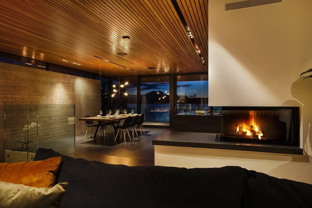 Oppvarming med vannbåren gulvvarme til alle gulv, i tillegg vedovn i stue