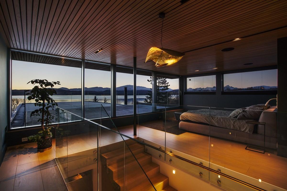 I 2. etasje er hovedsoverommet med en enorm utsikt mot sørvest