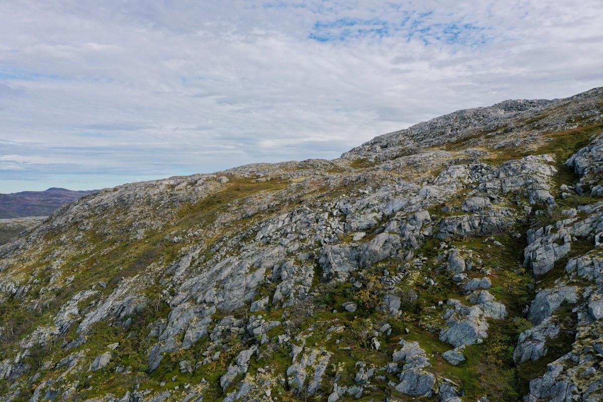Terrenget bak hytta er flott jaktterreng. Terrenget går litt opp før det flater ut i småkuppert terreng med flere flott fjellvann.