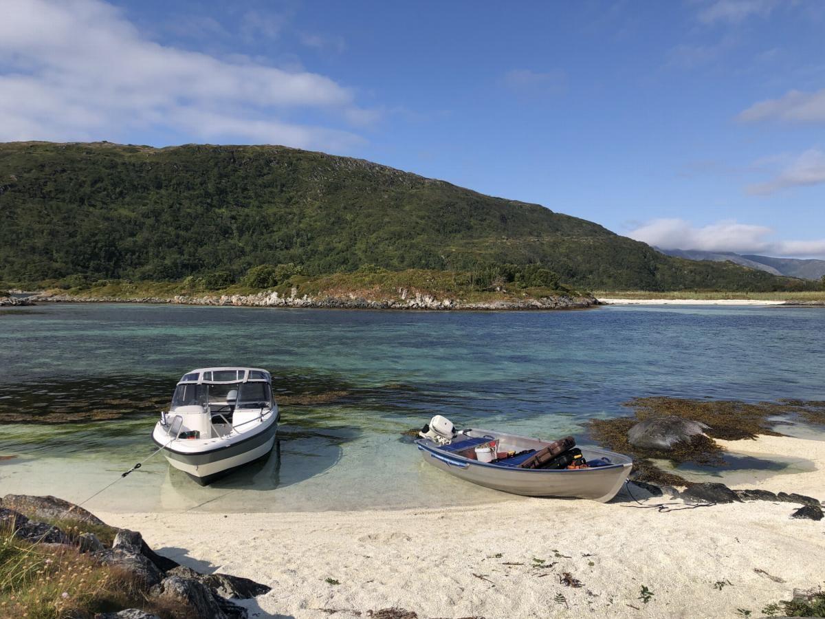 Området like utenfor Skarsfjorden er full av uberørte øyer og holmer med flotte sandstrender. Perfekt for utflukter med båt.