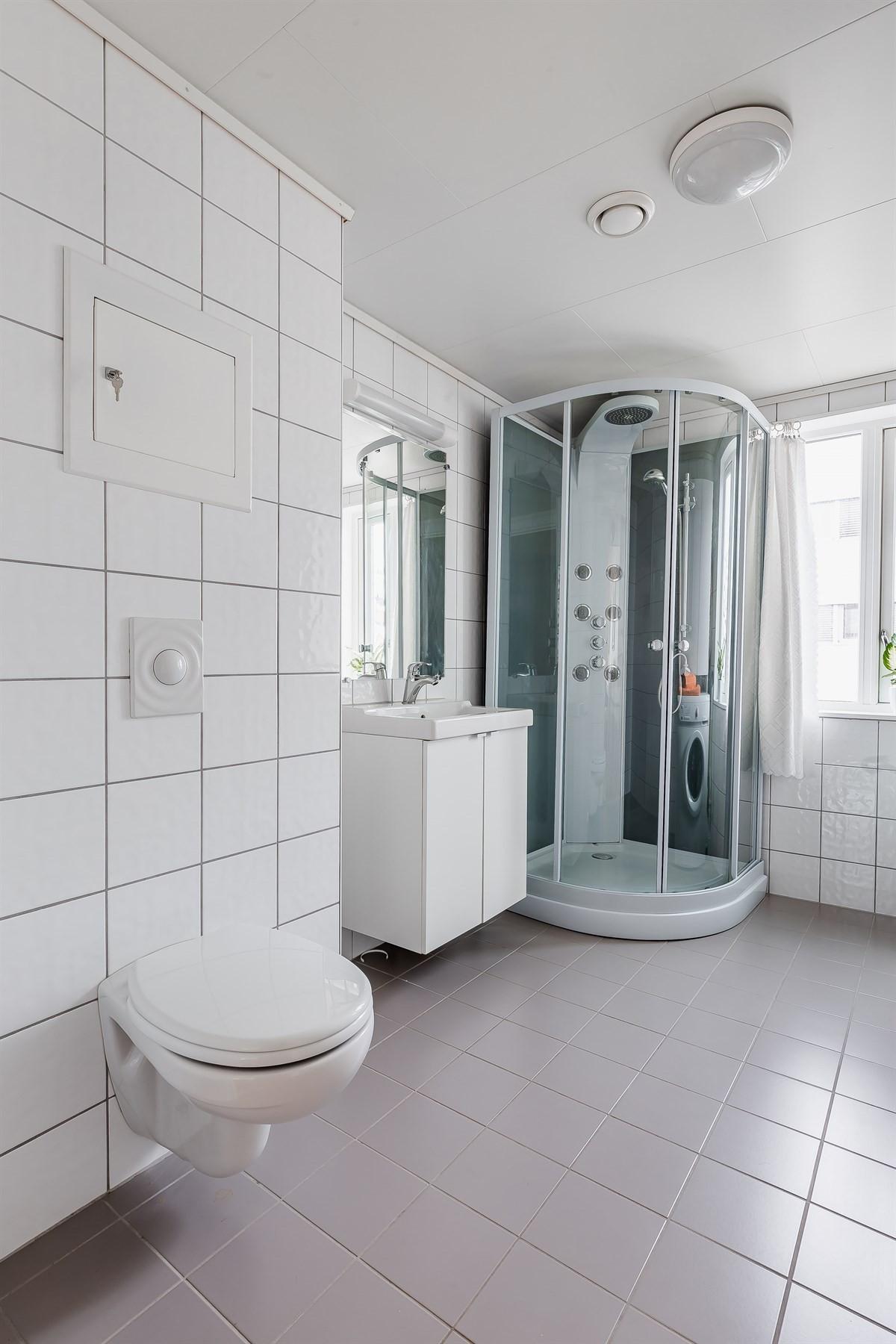 Flislagt bad med vegghengt wc