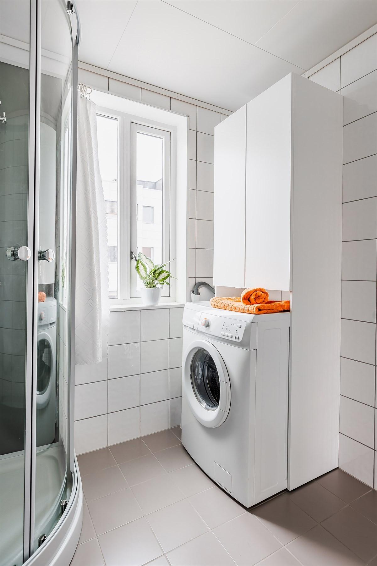 Opplegg for vaskemasking og skap til oppbevaring