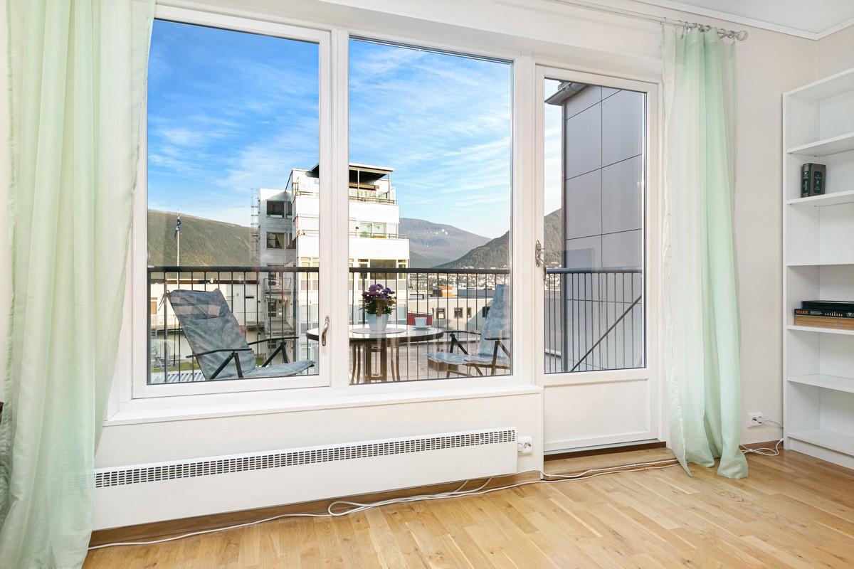 Fra stuen er det utgang til veranda mot rolig bakgård bort fra veg