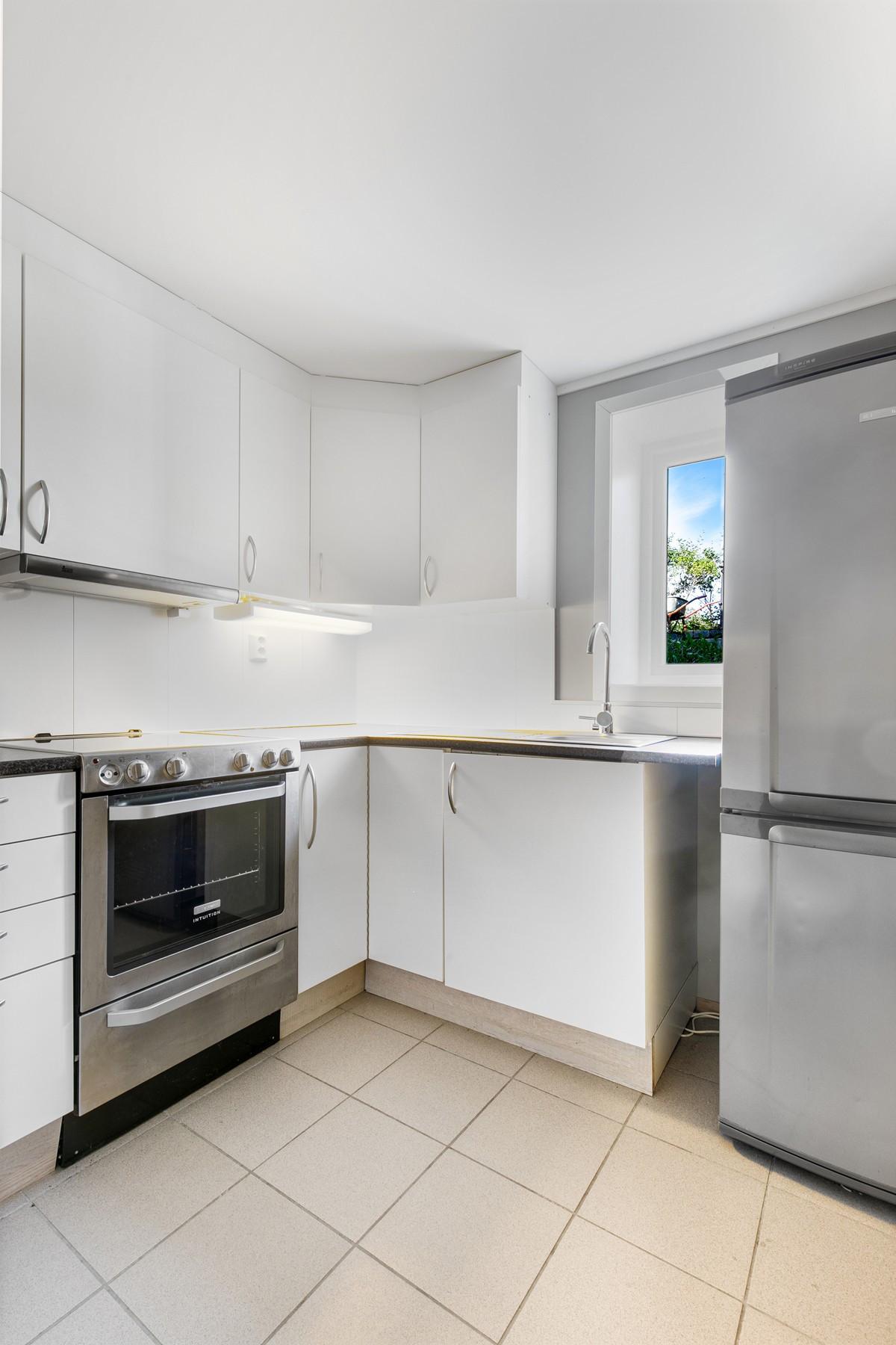 Kjøkken med gode oppbevaringsmuligheter i over- og underskap
