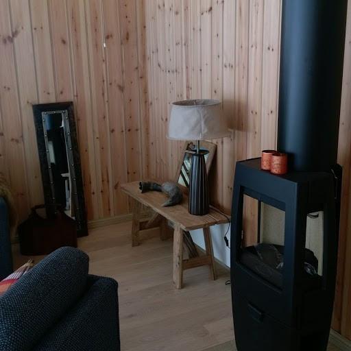 Vår tradisjons hytte med REN design, Småroi Panorama L, med mye vinduer og 3 soverom.  En rimelig kvalitets hytte! Kundetilpasninger kan gjøres ved hjelp av våre flinke arkitekter!