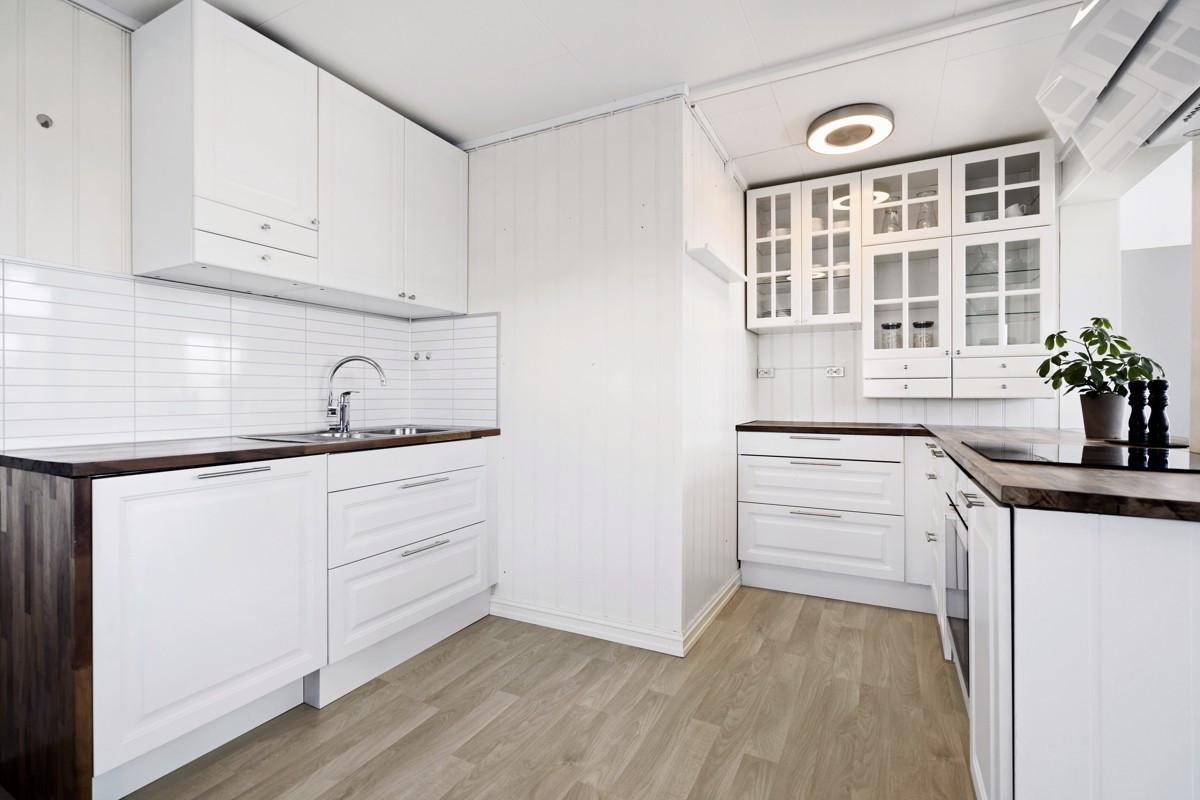 Åpen løsning mellom kjøkken og stue i hoveddel