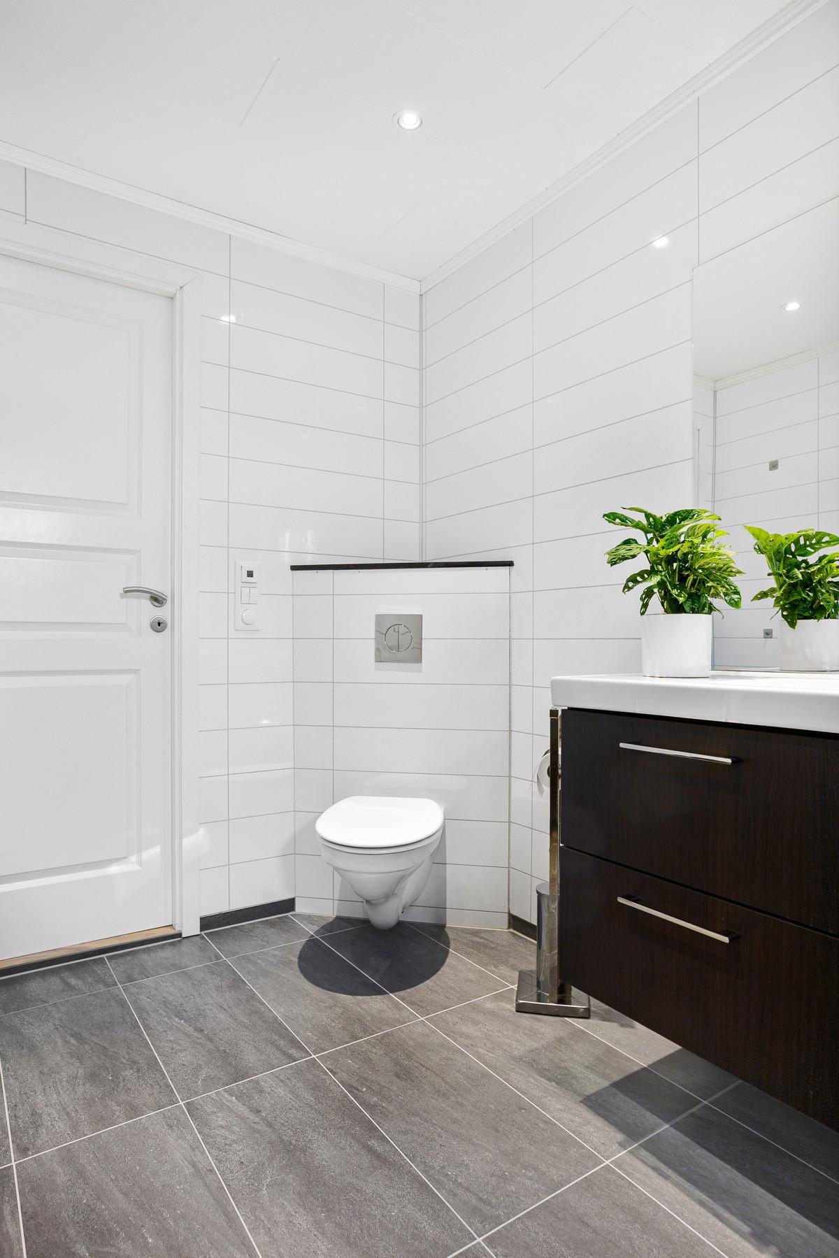 Badet er komplett flislagt med gulvvarme