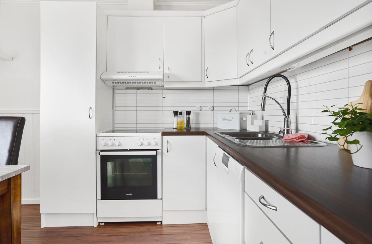 Opplegg for vaskemaskin og godt med oppbevaringsplass i skuffer og skap