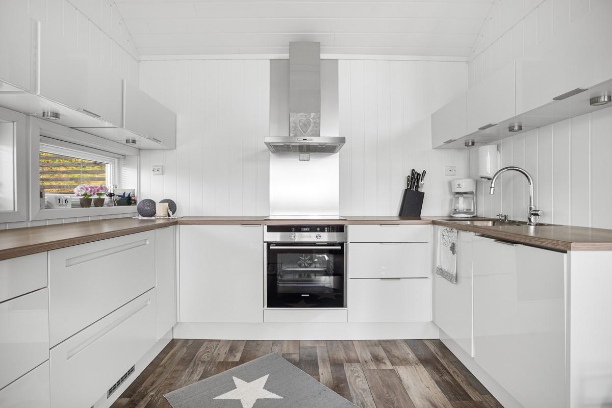 Kjøkkeninnredning i høyglans utførelse med god benke- og skapplass