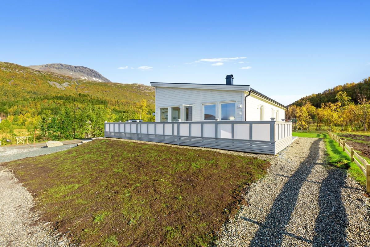 Eneboligen har en fin beliggenhet med utsikt og gode solforhold!