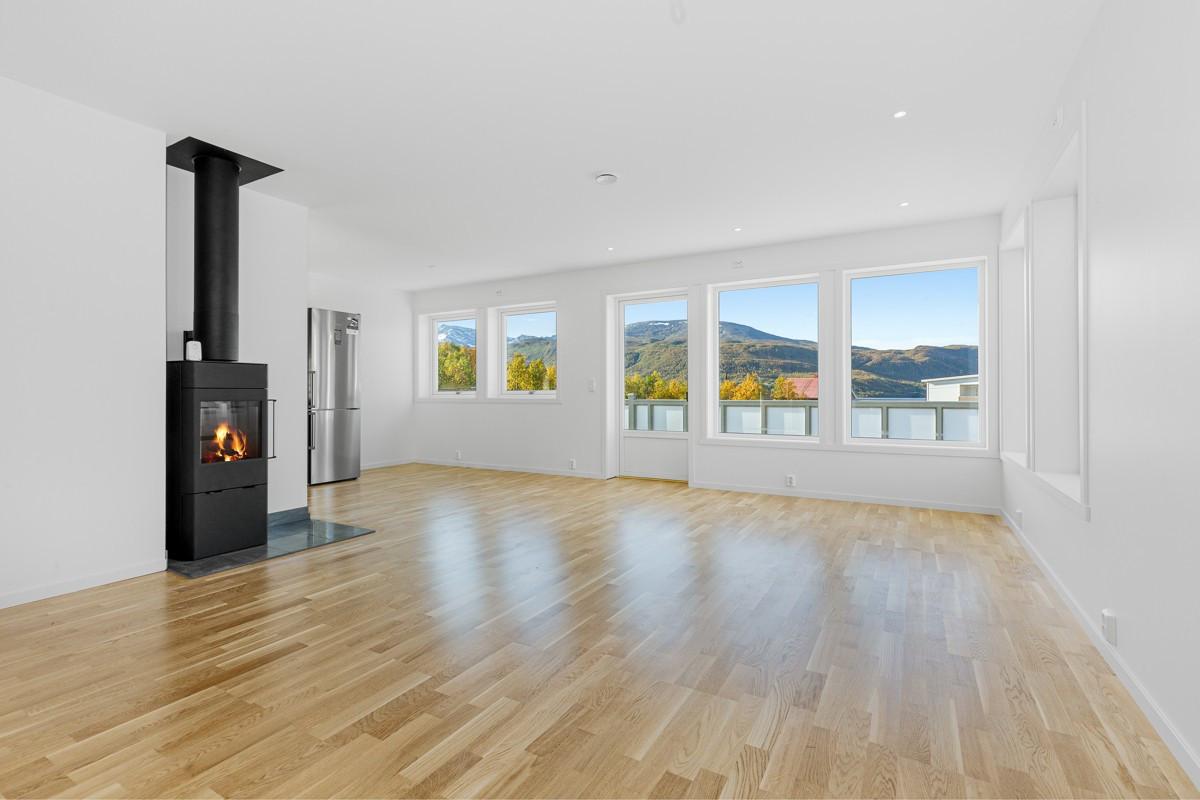 Romslig stue med store vindusflater og rikelig med lysinnslipp