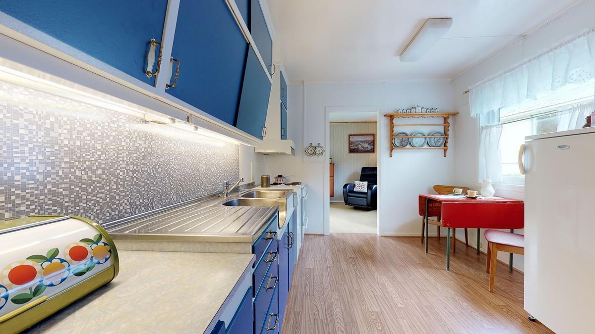 Romslig kjøkken med plass til spisebord