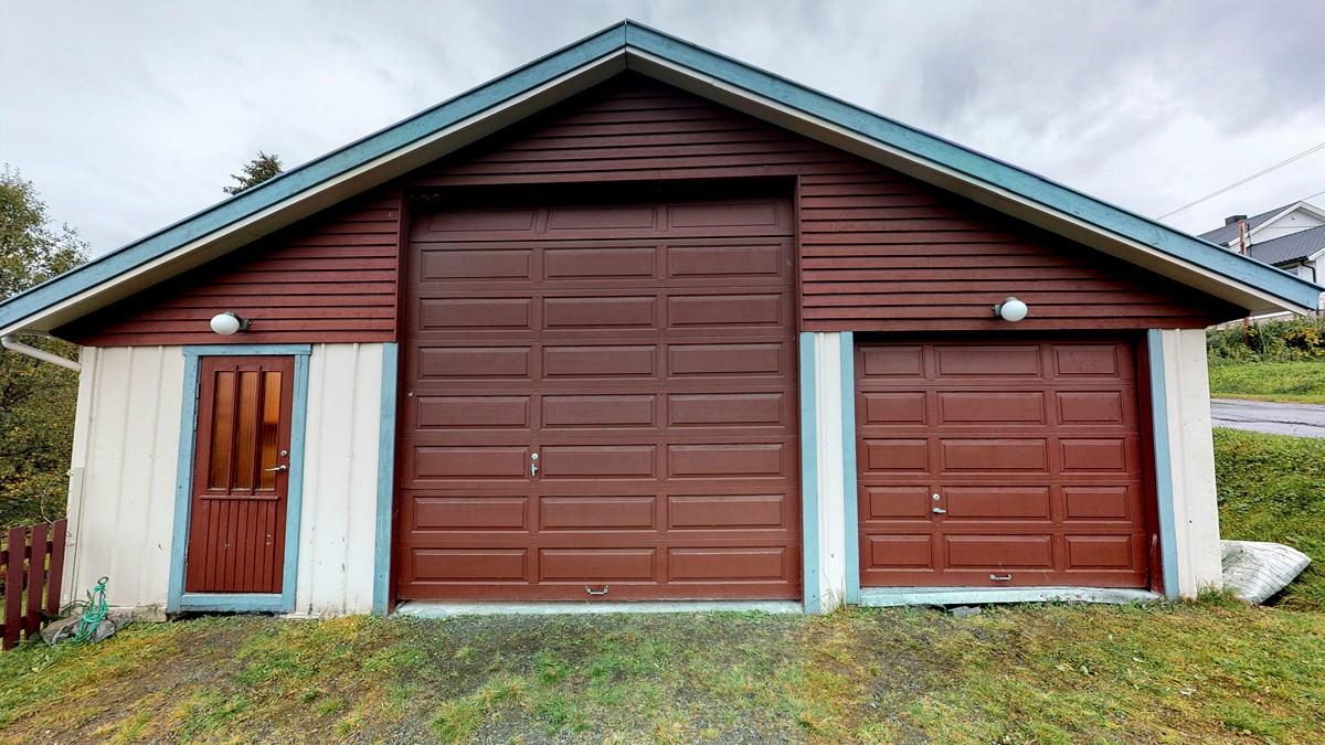 Garasje med plass til personbil, bobil, verksted samt rikelig med plass til oppbevaring