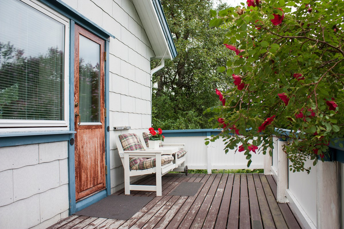God plass til sofa og bord på veranda