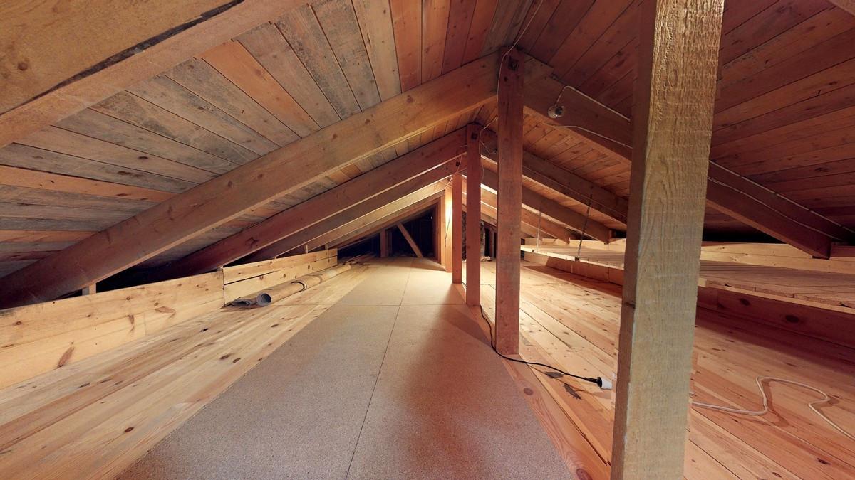 Plass til oppbevaring på loft i boligen