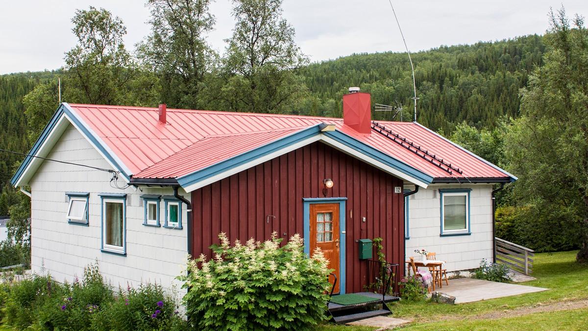 Sentralt beliggende enebolig med stor opparbeidet tomt, dobbeltgarasje og nydelig utsikt mot Lyngenfjorden