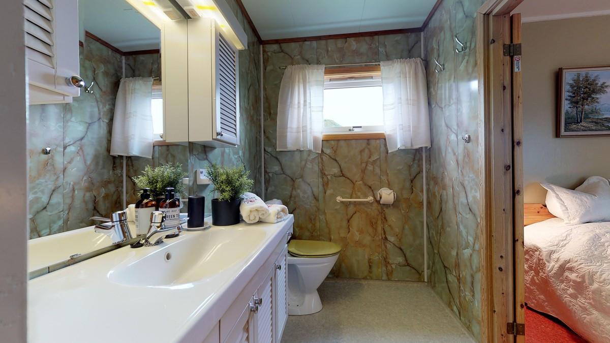 WC-rom med innredning. Nytt gulv med varmekabler lagt i 2011