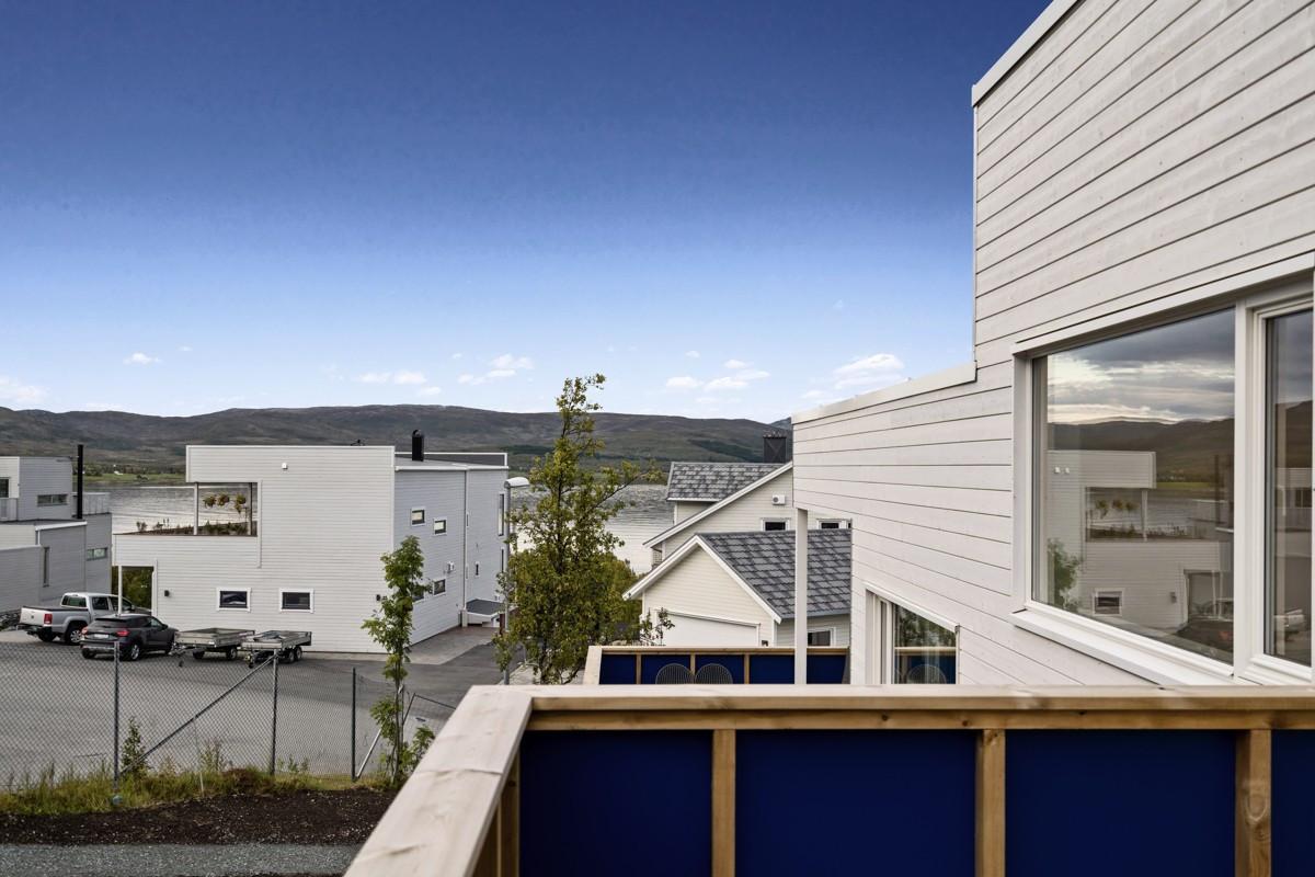Utgang fra stue til balkong hvor man kan nyte områdets gode solforhold