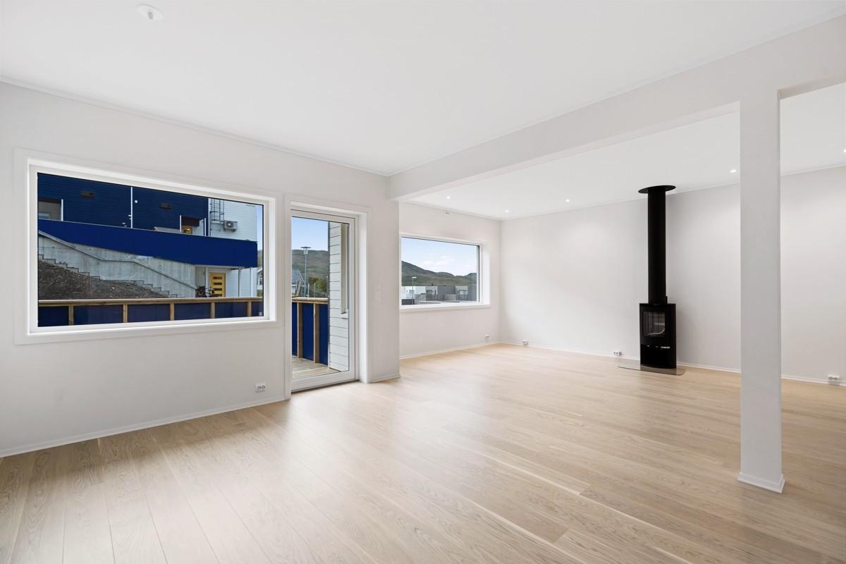 Lys og luftig stue med utgang til balkong