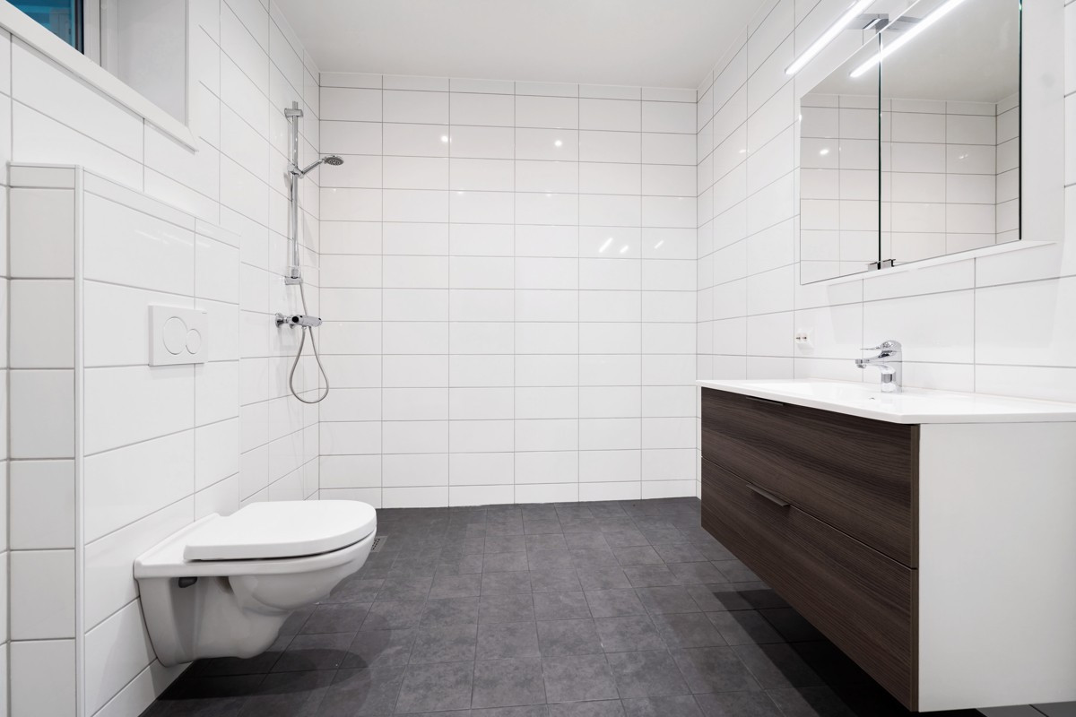 Komplett flislagt og moderne bad med varme i gulv